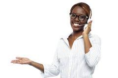 Rappresentante di servizio di assistenza al cliente che assiste alle chiamate immagini stock