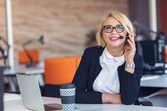 Rappresentante di servizio di assistenza al cliente sul lavoro Bella giovane donna in cuffia avricolare che funziona al computer Fotografia Stock