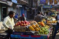 Rappresentante indiano che vende frutti sul mercato di strada Fotografie Stock Libere da Diritti