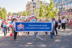 Rappresentanti dell'cassa di pensione della Federazione Russa alla dimostrazione di festa dei lavoratori nella ricerca fotografie stock libere da diritti