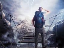 rappresentazione 3D dell'esploratore sul ponte instabile Fotografie Stock