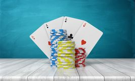 rappresentazione 3d delle tre pile di chip del casinò con quattro carte dell'asso dietro loro supporto su una tavola di legno su  Fotografia Stock