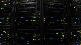 rappresentazione 3D di un centro dati moderno scuro della stanza del server nel centro di stoccaggio Fotografie Stock