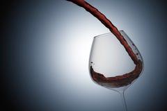 rappresentazione 3D: illustrazione della fine su che versa vino rosso in un vetro di vino contro il fondo leggero di progettazion Immagini Stock Libere da Diritti