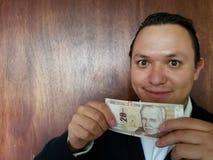 rappresentazione del giovane e tenere una banconota peruviana di venti sogliole immagini stock libere da diritti