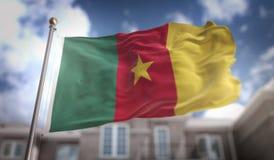 Rappresentazione della bandiera 3D del Camerun sul fondo della costruzione del cielo blu Immagini Stock Libere da Diritti