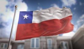 Rappresentazione della bandiera 3D del Cile sul fondo della costruzione del cielo blu Immagine Stock Libera da Diritti