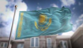 Rappresentazione della bandiera 3D del Kazakistan sul fondo della costruzione del cielo blu Fotografie Stock