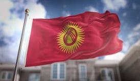Rappresentazione della bandiera 3D del Kirghizistan sul fondo della costruzione del cielo blu Fotografie Stock Libere da Diritti