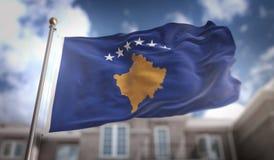Rappresentazione della bandiera 3D del Kosovo sul fondo della costruzione del cielo blu Immagini Stock Libere da Diritti