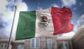 Rappresentazione della bandiera 3D del Messico sul fondo della costruzione del cielo blu Fotografia Stock