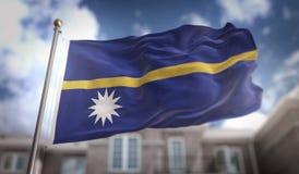 Rappresentazione della bandiera 3D del Nauru sul fondo della costruzione del cielo blu Fotografia Stock Libera da Diritti