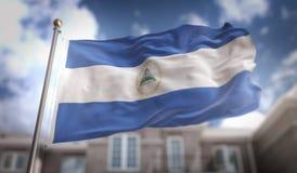 Rappresentazione della bandiera 3D del Nicaragua sul fondo della costruzione del cielo blu Fotografia Stock