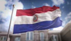Rappresentazione della bandiera 3D del Paraguay sul fondo della costruzione del cielo blu Fotografia Stock Libera da Diritti
