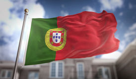 Rappresentazione della bandiera 3D del Portogallo sul fondo della costruzione del cielo blu Immagine Stock Libera da Diritti