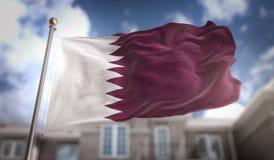 Rappresentazione della bandiera 3D del Qatar sul fondo della costruzione del cielo blu Fotografia Stock Libera da Diritti