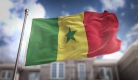 Rappresentazione della bandiera 3D del Senegal sul fondo della costruzione del cielo blu Immagine Stock