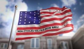 Rappresentazione della bandiera 3D dell'atollo di bikini sul fondo della costruzione del cielo blu Fotografia Stock