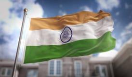 Rappresentazione della bandiera 3D dell'India sul fondo della costruzione del cielo blu Immagini Stock Libere da Diritti