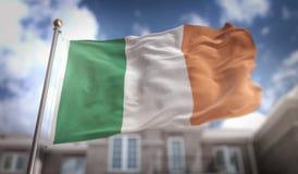 Rappresentazione della bandiera 3D dell'Irlanda sul fondo della costruzione del cielo blu Immagini Stock