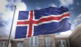Rappresentazione della bandiera 3D dell'Islanda sul fondo della costruzione del cielo blu Immagine Stock Libera da Diritti