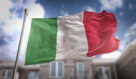 Rappresentazione della bandiera 3D dell'Italia sul fondo della costruzione del cielo blu Fotografie Stock Libere da Diritti
