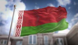 Rappresentazione della bandiera 3D della Bielorussia sul fondo della costruzione del cielo blu Immagini Stock Libere da Diritti