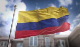 Rappresentazione della bandiera 3D della Colombia sul fondo della costruzione del cielo blu Fotografia Stock Libera da Diritti