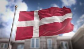 Rappresentazione della bandiera 3D della Danimarca sul fondo della costruzione del cielo blu Fotografia Stock