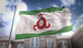 Rappresentazione della bandiera 3D della Inguscezia sul fondo della costruzione del cielo blu Immagine Stock Libera da Diritti