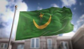 Rappresentazione della bandiera 3D della Mauritania sul fondo della costruzione del cielo blu Fotografie Stock Libere da Diritti