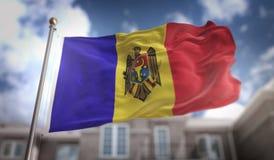 Rappresentazione della bandiera 3D della Moldavia sul fondo della costruzione del cielo blu Fotografie Stock Libere da Diritti
