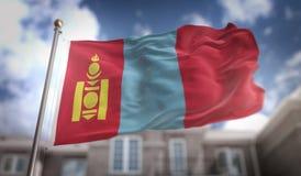 Rappresentazione della bandiera 3D della Mongolia sul fondo della costruzione del cielo blu Fotografie Stock