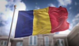 Rappresentazione della bandiera 3D della Romania sul fondo della costruzione del cielo blu Fotografie Stock