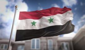 Rappresentazione della bandiera 3D della Siria sul fondo della costruzione del cielo blu Fotografia Stock