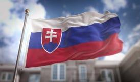 Rappresentazione della bandiera 3D della Slovacchia sul fondo della costruzione del cielo blu Immagini Stock Libere da Diritti