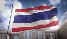 Rappresentazione della bandiera 3D della Tailandia sul fondo della costruzione del cielo blu Immagine Stock