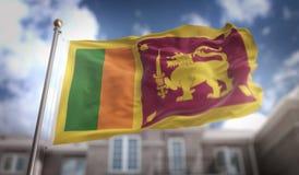 Rappresentazione della bandiera 3D dello Sri Lanka sul fondo della costruzione del cielo blu Fotografia Stock