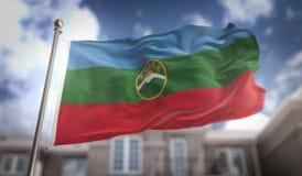 Rappresentazione della bandiera 3D di Karachay-Cherkessia sul cielo blu che costruisce Backg Fotografia Stock Libera da Diritti
