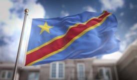 Rappresentazione della bandiera 3D di Repubblica Democratica del Congo sul cielo blu Immagini Stock Libere da Diritti