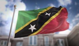 Rappresentazione della bandiera 3D di Saint Kitts e Nevis sul cielo blu che costruisce BAC Immagine Stock