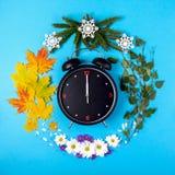 Rappresentazione delle stagioni dell'anno tramite la sveglia e Fotografie Stock Libere da Diritti