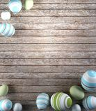 Rappresentazione delle uova di Pasqua su fondo di legno Fotografie Stock