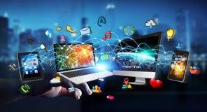 Rappresentazione di collegamento 3D dei dispositivi di tecnologia dell'uomo d'affari l'un l'altro Immagine Stock