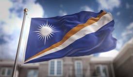 Rappresentazione di Marshall Islands Flag 3D sul cielo blu che costruisce Backgrou Fotografia Stock