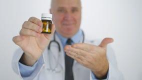 Rappresentazione di sorriso di presentazione di medico con la mano che raccomanda nuovo trattamento delle pillole fotografia stock