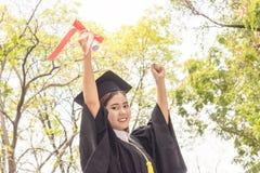 Rappresentazione felice del laureato della donna diplomata Immagini Stock Libere da Diritti