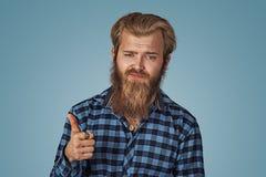 Rappresentazione infelice dell'uomo che dà i pollici sul gesto di mano fotografia stock libera da diritti