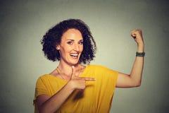 Rappresentazione sicura di flessione dei muscoli della donna di modello in buona salute la sua forza fotografie stock libere da diritti