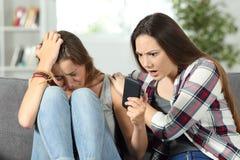 Rappresentazione triste della ragazza alle cattive notizie online dell'amico fotografie stock libere da diritti